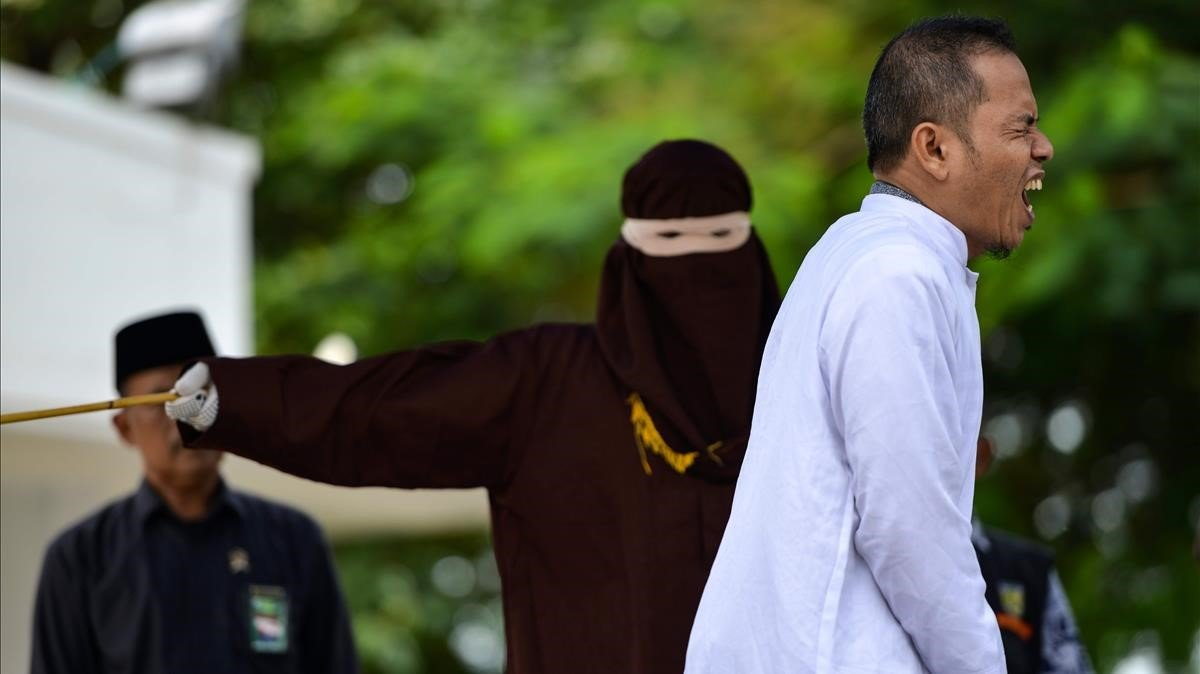 Mukhlis bin Muhammadse duele al encajar un latigazo de la policía de la sharia en la ciudad indonesia de Banda Aceh tras ser sorprendido cometiendo adulterio.
