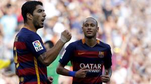 Neymar acude a felicitar a Luis Suárez tras uno de los dos tantos marcados por el delantero uruguayo al Las Palmas en el Camp Nou.