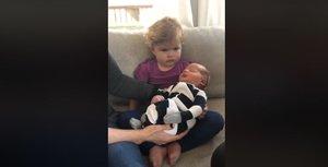 La niña que permanece impasible al conocer a su nuevo hermano