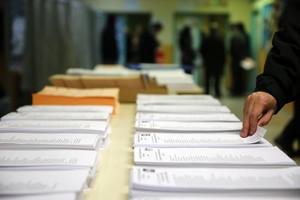 Papeletas de los diferentes partidos en el colegio electoral Repúplica de Ecuador, en Carabanchel, Madrid.