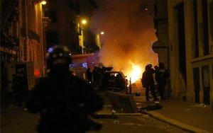 Enfrentamientos en las calles de París.