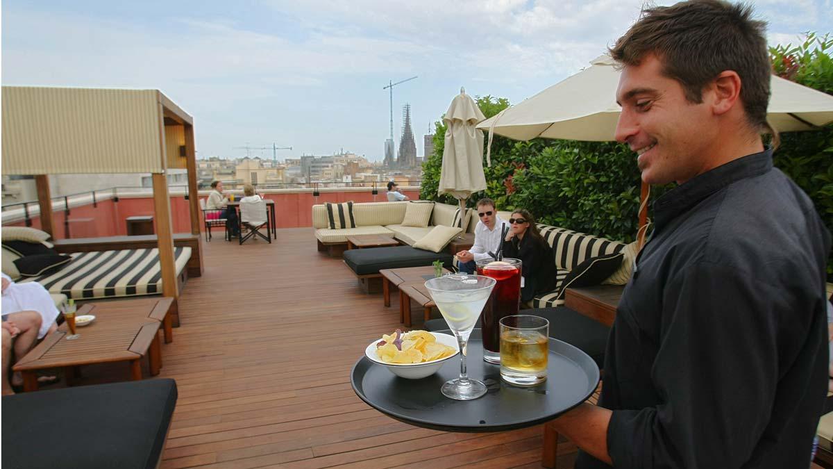 El paro baja en 4.253 personas en su peor julio desde 2008. En la foto, un camarero en un hotel de Barcelona.