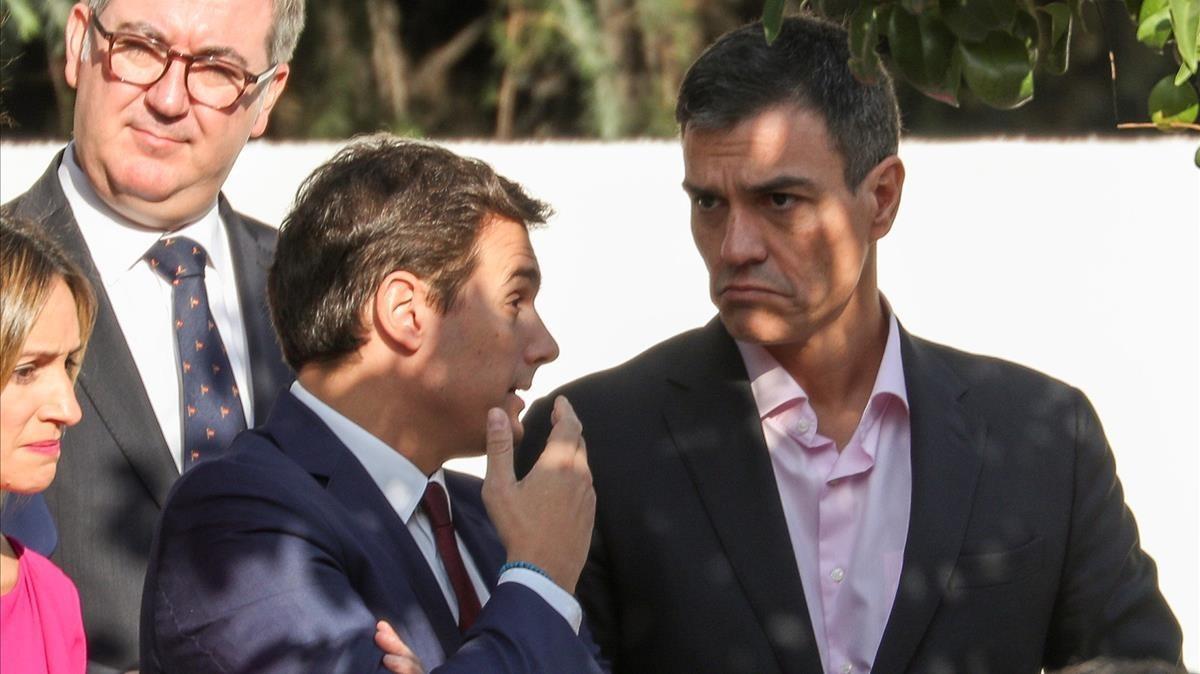 Pedro Sánchez y Albert Rivera conversan durante el desfile militar.