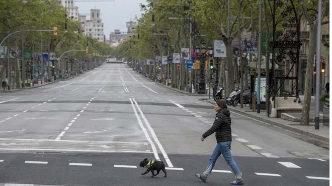 El PIB registra un desplome histórico del 5,2% en el primer trimestre. En la imagen, el paseo de Gràcia de Barcelona, desierto y sin actividad durante el confinamiento.