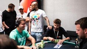 Piqué (segundo por la derecha) y Vidal, de pie, junto a él, durante el torneo de póquer celebrado este lunes en el Casino de Barcelona.