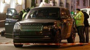 La policía inspecciona el vehículo en el que iban Sobolev y su hijo, muerto en el ataque.