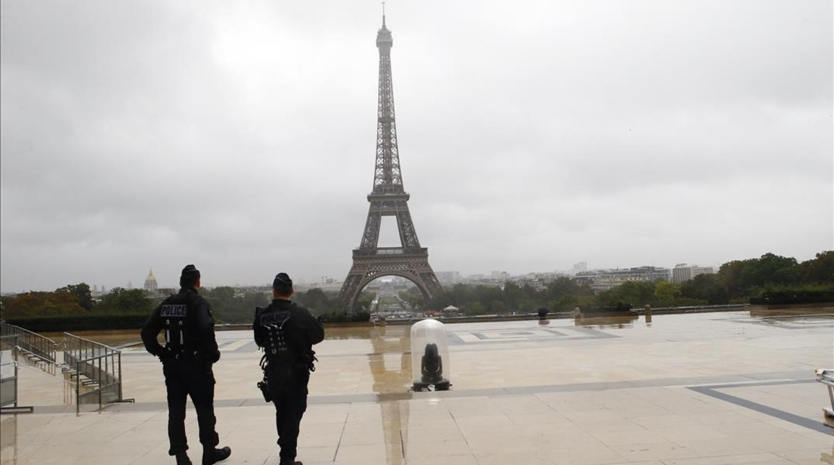 Policías patrullan en la plaza Trocadero, en las inmediaciones de la Torre Eiffel, en París.