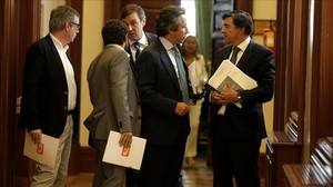 El portavoz del PP conversa con José Manuel Villegas y Miguel Ángel Gutiérrez tras la Junta de Portavoces.