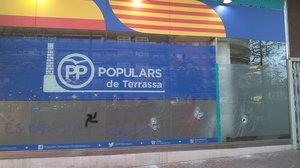 La seu del PP a Terrassa es desperta amb pintades i els vidres trencats