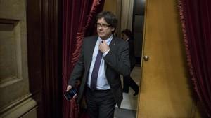 El president, Carles Puigdemont, entra en el hemiciclo del Parlament.