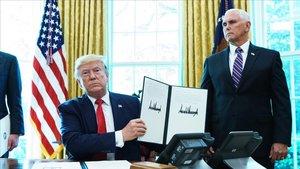 Trump muestra la orden ejecutiva de las nuevas sanciones contraIrán.