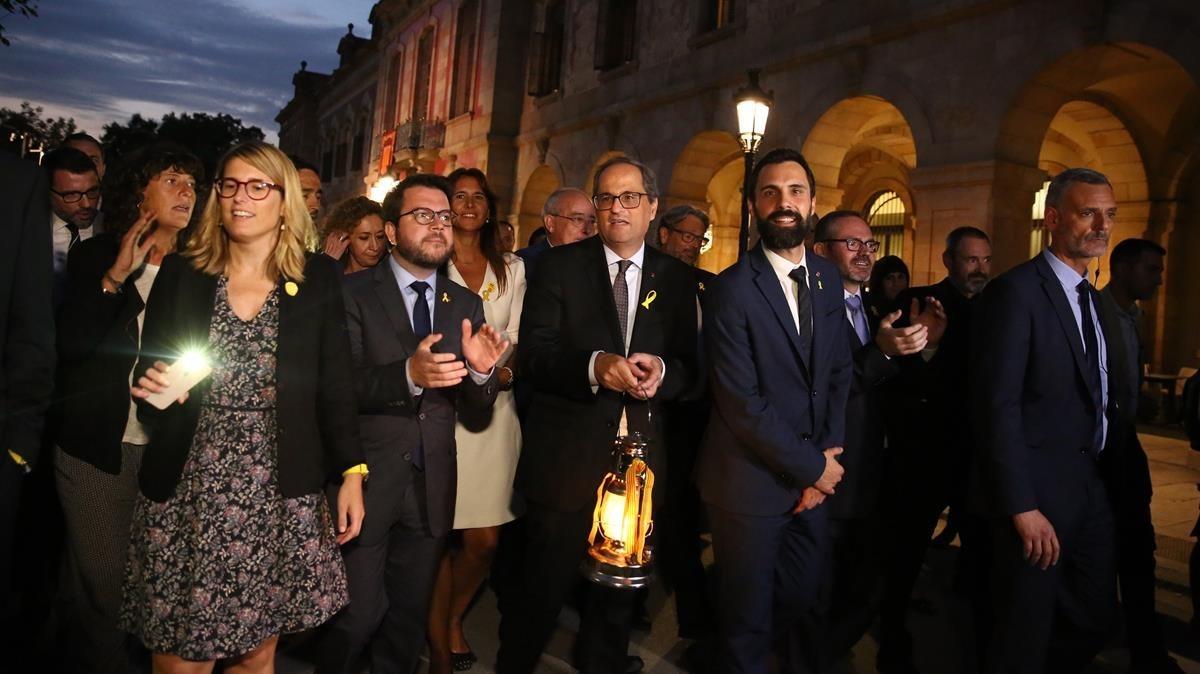 El president Quim Torra porta la Flama del Canigó junto al presidente del Parlament, Roger Torrent, y otros miembros del Govern