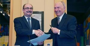 El presidente del Gobierno de Aragón, Javier Lambán, y el de Grup Guissona, Jaume Alsina, en la firma del convenio para construir un centro en Épila.