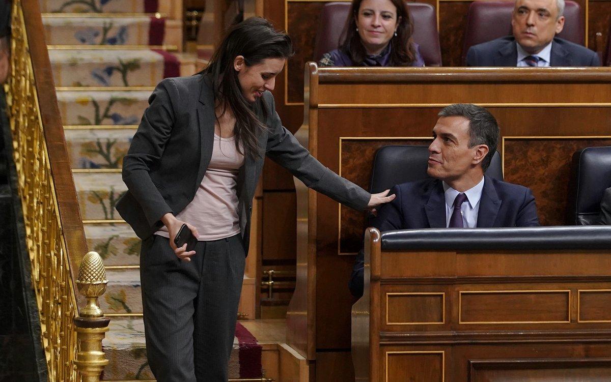 El presidente del Gobierno, Pedro Sánchez, y la portavoz de Unidos Podemos en el Congreso, Irene Montero, en el debate de los Presupuestos Generales del Estado del 2019.
