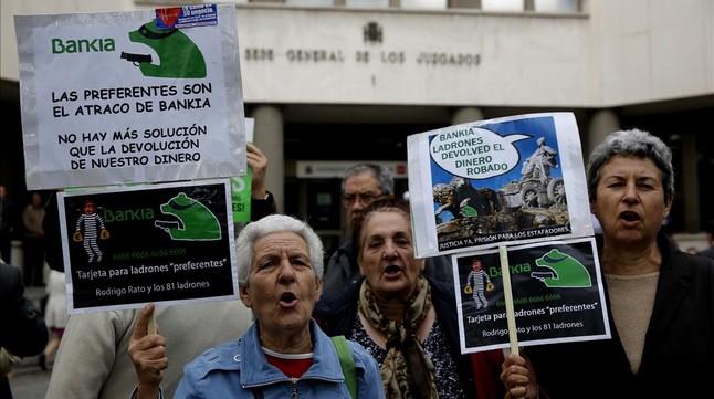 Protestas de afectados por las participaciones preferentes, ante las puertas del juzgado donde declara Rato.