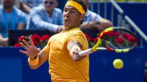 Rafa Nadalgolpea de derecha durante su debut en el Barcelona Open Banc Sabadell.