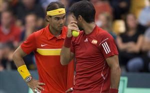 Rafael Nadal parla amb Fernando Verdasco durant el partit de dobles de leliminatòria per la permanència en la segona divisió de la Copa Davis contra Dinamarca.