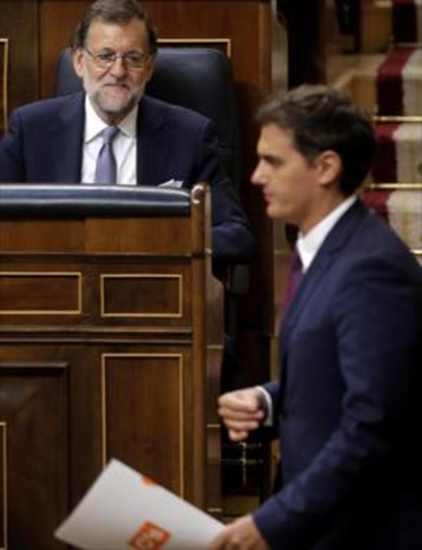 Rajoy mira hacia Rivera en el Congreso, en el pleno de investidura del 2016.