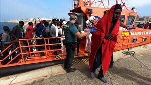 Algunas de las personas de origen subsahariano rescatadas por Salvamento Marítimo a su llegada al puerto de Tarifa