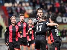 Los futbolistas del Reus se abrazan en el tercer gol al Lorca.