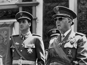 El rey Juan Carlos y Francisco Franco, en 1956, en Madrid.