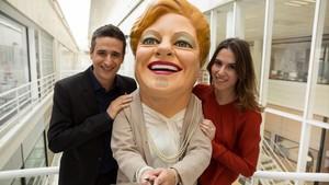 La 'capgrossa' (personaje que da nombre a la lotería), con los presentadores de TV3 Lluís Marquina y Candela Figueras.