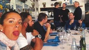 Rosa saca la lengua junto a Alberto en una celebración con compañeros de la policía, un día después del crimen.