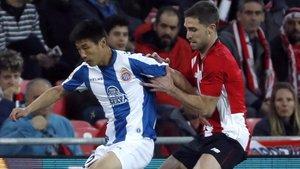 Wu Lei, del Espanyol, y Yeray, del Athletic, pugnan por un balón.