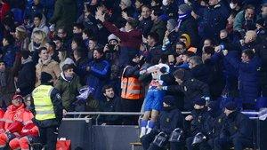 Los hinchas del Espanyol celebran el gol de Wu Lei.