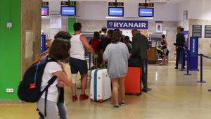 Mostradores de Ryanair en el aeropuerto de Girona.