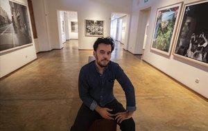 Samuel Aranda, autor de 'Territori', en la sala de exposiciones de la Fundació Vila Casas en Torroella de Montgrí.