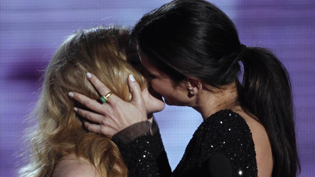 El beso de Scarlett Johansson y Sandra Bullock en una gala de premios de MTV en el 2010
