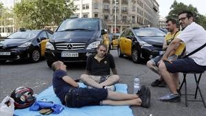 Concentración de taxistas en la Gran Via esquina Paseo de Gracia.