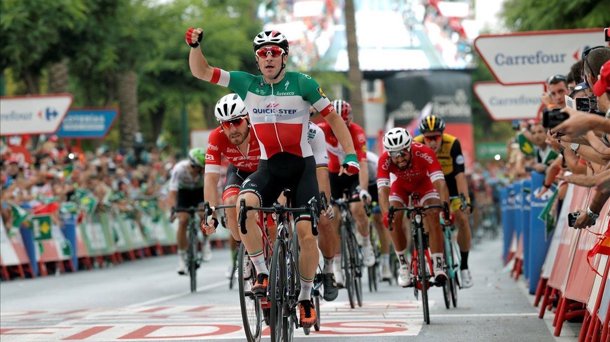 Elia Viviani triunfa en la tercera etapa de la Vuelta, en Alhaurín de la Torre (Málaga).