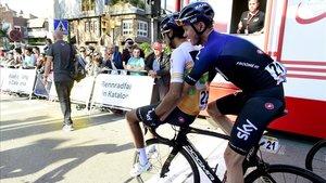 Bernal llega a la zona de meta de la Volta, a lomos de la bici de Froome.