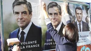Seguidores de François Fillon pegan carteles de campaña con su imagen en Bayona, el 19 de abril.