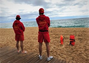 Socorristas en la playa de Badalona.