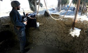 Un soldado afgano hace guardia en una torre de seguridad donde dos soldados estadounidenses fueron asesinados en el distrito de Shirzad de la provincia de Nangarhar, Afganistán.
