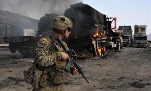 Un soldado estadounidense inspecciona la escena de un atentado suicida en la frontera afgana con Pakistán.