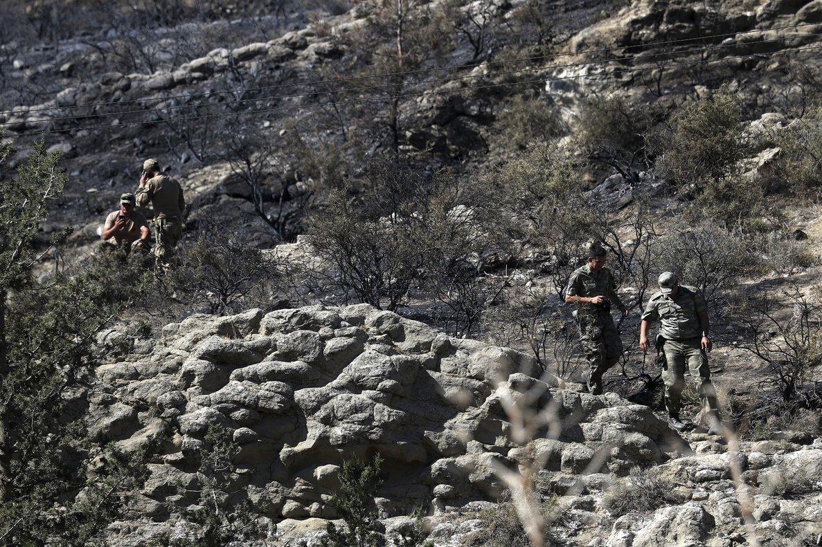 Soldados turcos patrullan en el área arrasada por la explosión, en las afueras de la aldea turco-chipriota de Tashkent.