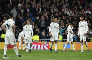 Los jugadores del Madrid se lamentan durante el partido ante el Ajax.