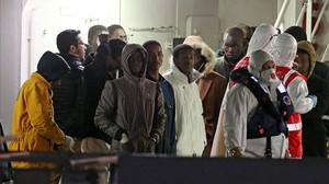 Supervivientes del naufragio, a su llegada al puerto de Catania a bordo del guardacostas 'Bruno Gregoretti', este martes por la madrugada.