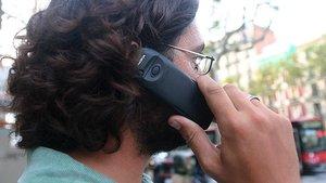gente hablando por telefono