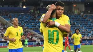 Thiago Silva, felicitado por Neymar tras un gol.