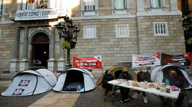 Trabajadores y empresarios del ocio nocturno acampan ante Generalitat para pedir su reapertura.