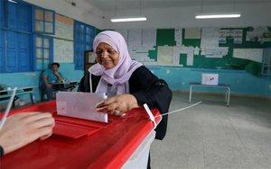 Una mujer asiste a votar en las elecciones de Túnez.