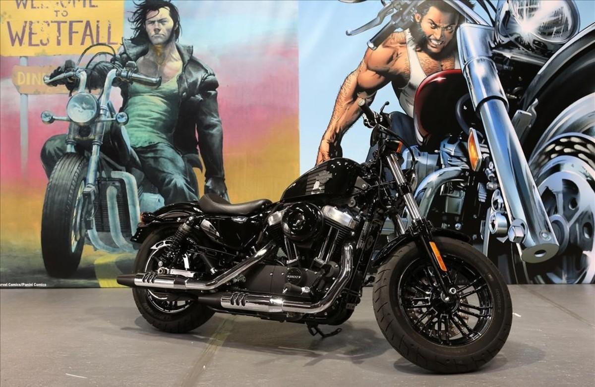 Una Harley Davidson real ante una reproducción de viñetas, con Lobezno sobre una similar, en la exposición 'Viñetas sobre ruedas' del Salón del Cómic.