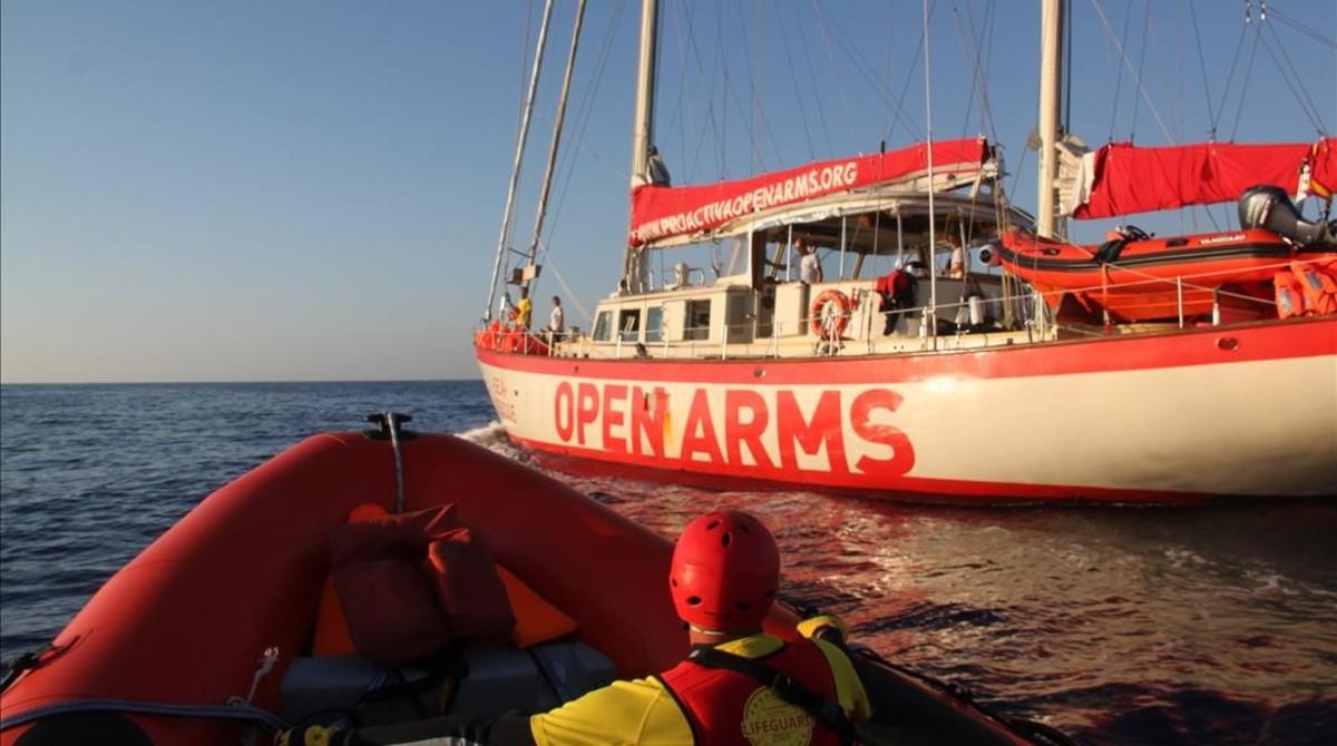 Una lancha rápida de Proactiva llegando al Astral, desplegado en aguas frente a Libia.