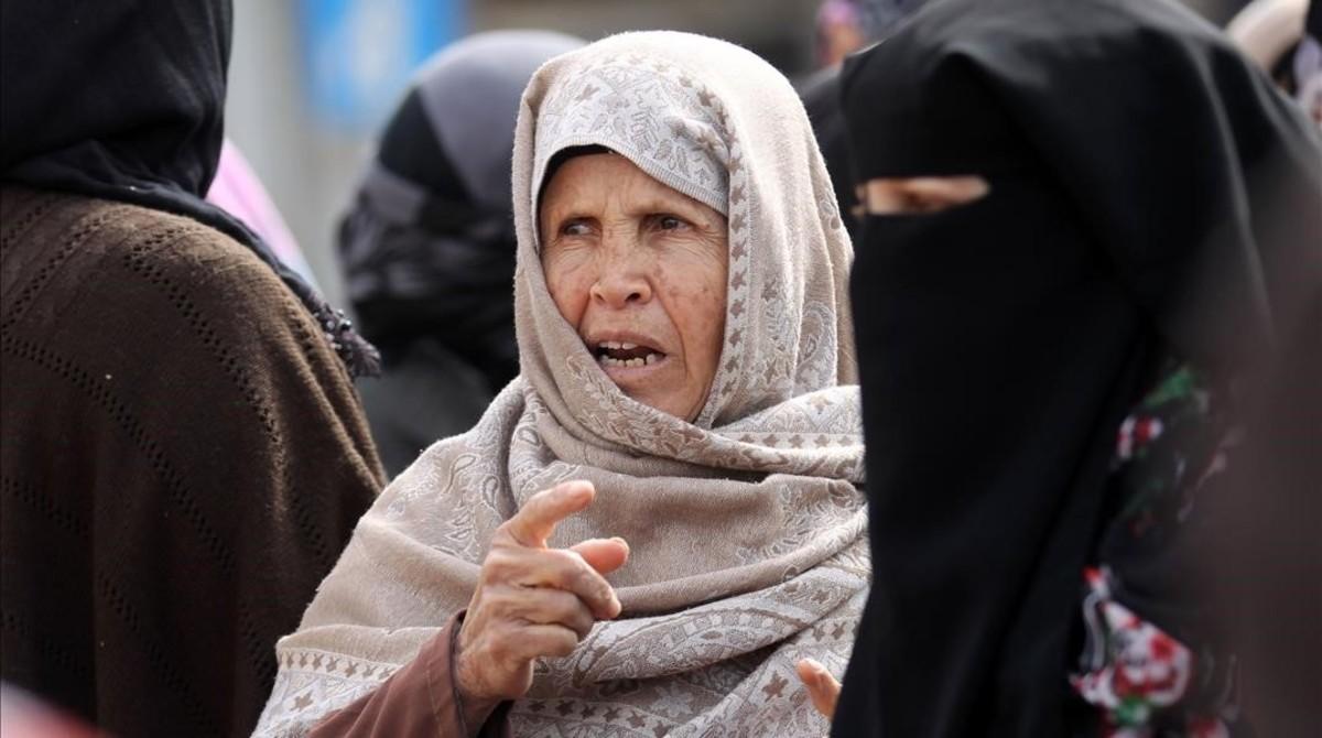 Una mujer palestina participa en una protesta contra Donald Trump en Gaza.