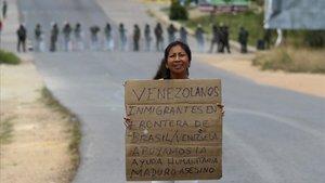 Una venezolana, en la frontera entre Venezuela y Brasil, reclama ayudar a los inmigrantes del país caribeño.